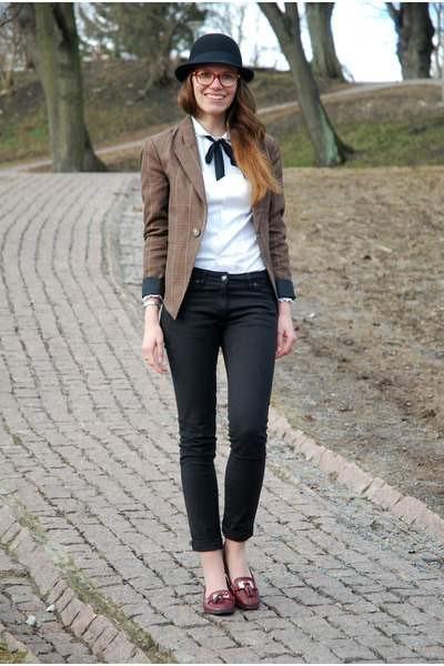 Девушка в укороченных брюках и шляпке