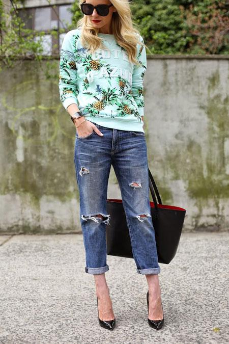 Девушка в укороченных джинсах и ярком свитшоте