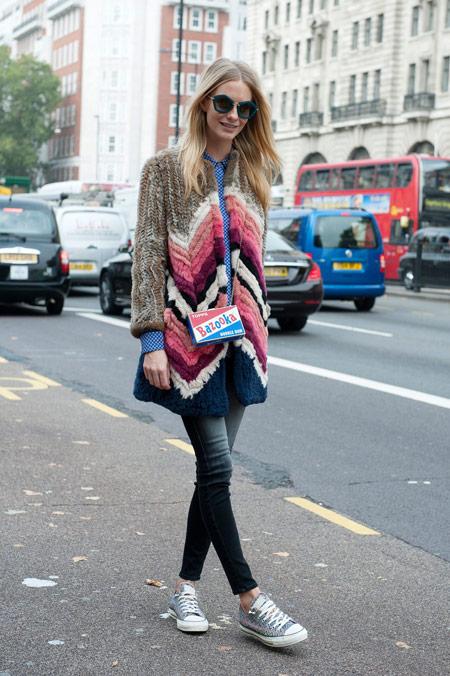 Девушка в ярком пальто и кедах