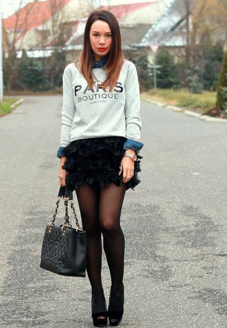 Девушка в юбке с перьями