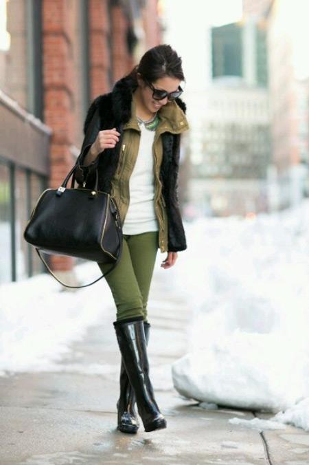 Девушка в зеленых штанах и резиновых сапогах