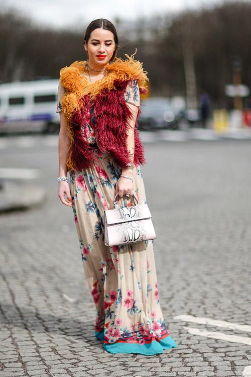 Девушка вплатье в цветочек и меховой разноцветной жилетке