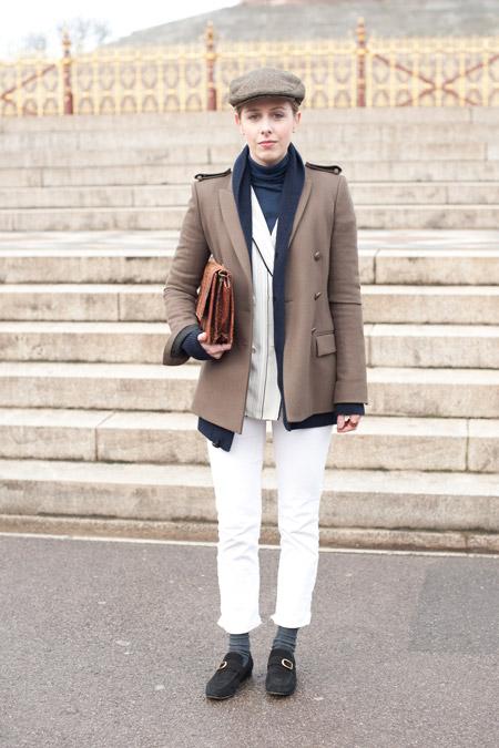 Модель в белых брюках капри, бежевый жакет и кепи