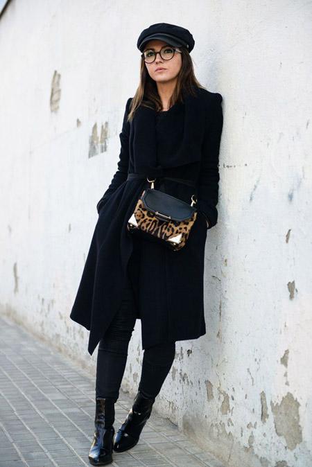 Модель в черном классическом пальто, сумка леопардовой расцветки и черная кепи