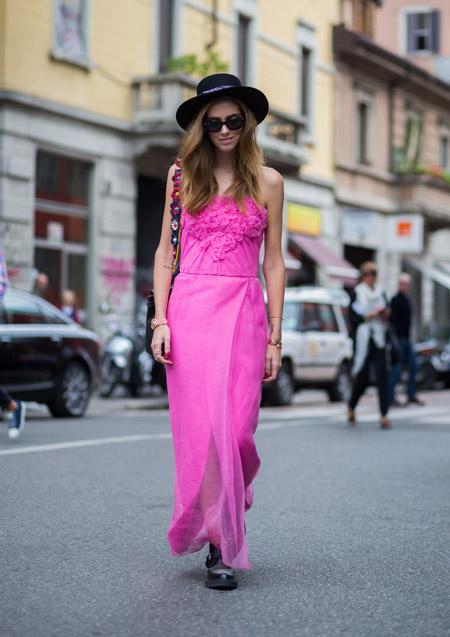 Модель в легком летнем сарафане розового цвета и черной шляпе
