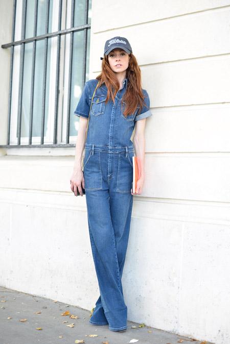 Модель в синем джинсовом комбинезоне и кепке
