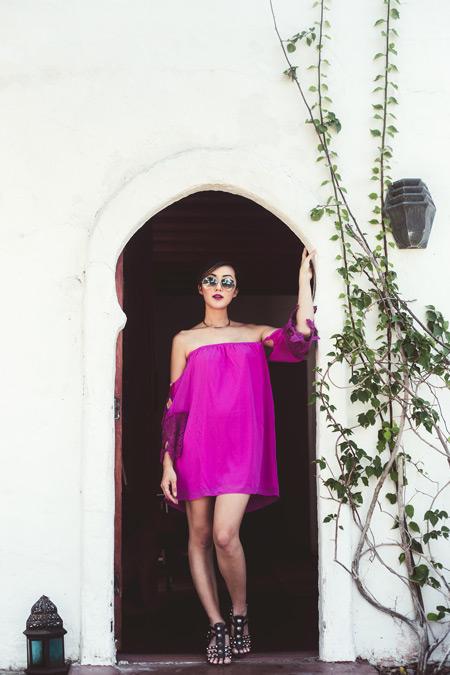 Платье цвета фуксия и открытое плечо