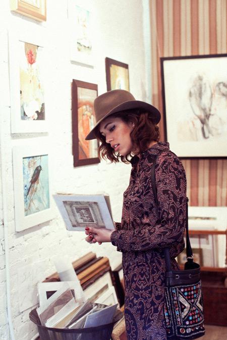 Узорчатое платье и шляпа