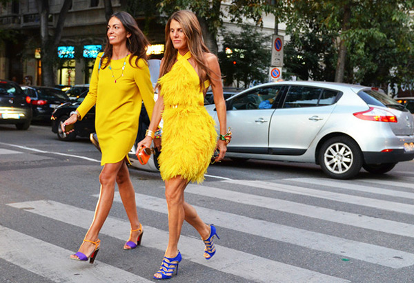 Женщины в желтых платьях