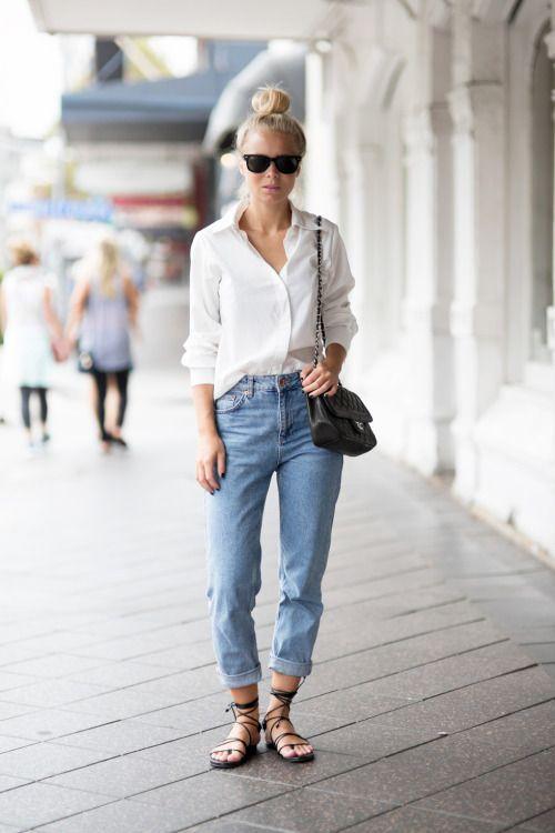 Девушка в джинсах, белой рубашке и сандалиях