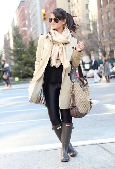 девушка в светлом пальто и резиновых сапогах