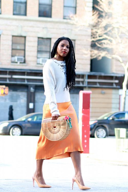 Девушка в оранжевой юбке и свитере
