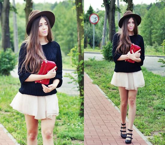 Девушка в короткой юбке и черном свитере