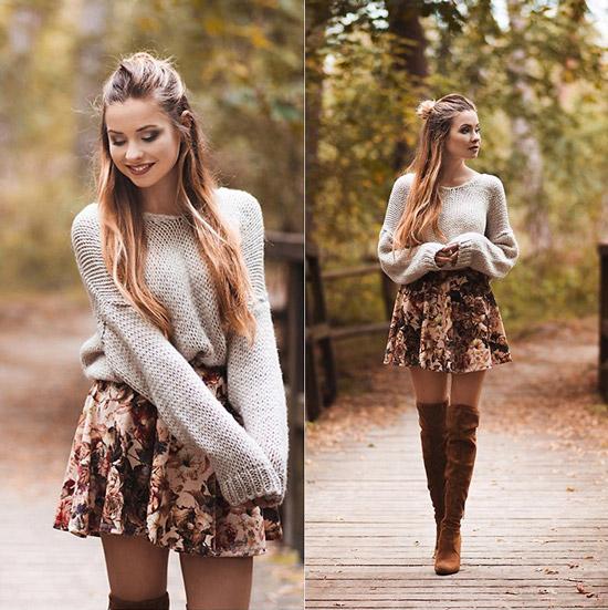Девушка в цветочной мини юбке и свитере