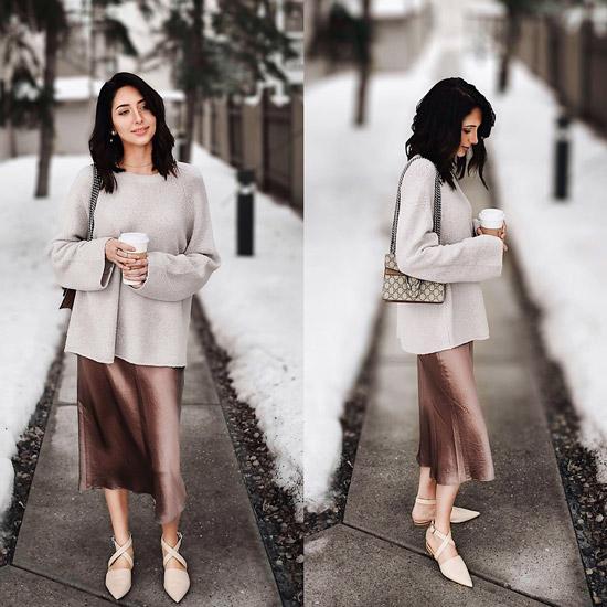 Девушка в свитере и коричневой юбке