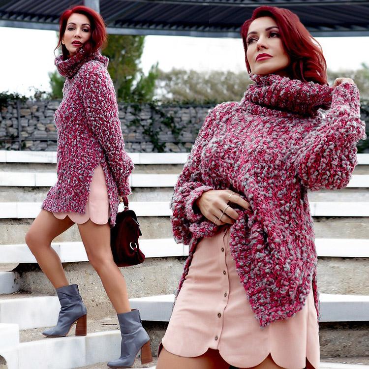 Девушка в свитере и мини юбке