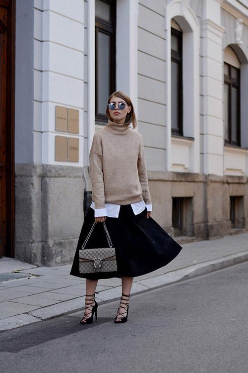 Девушка с бежевом свитере и юбке миди