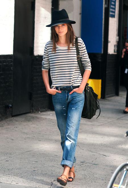 Девушка в джинсах, полосатой кофте и сандалиях
