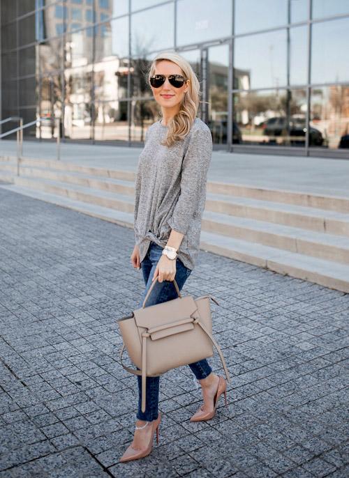 Девушка свитере, джинсах и бежевых лодочках