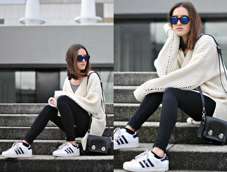Девушка в светлом свитере, джеггинсах и кроссовках