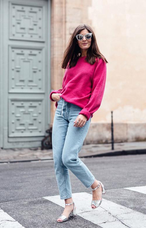 Девушка в джинсах и ярком свитере