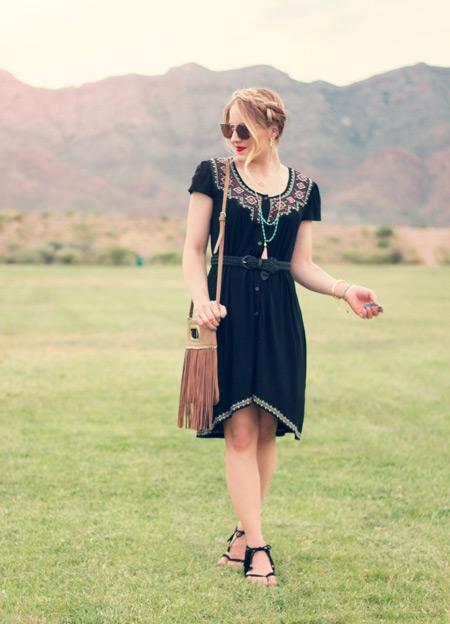 Девушка в черном платье бохо и сандалиях