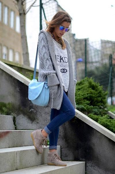 Девушка с голубой сумкой