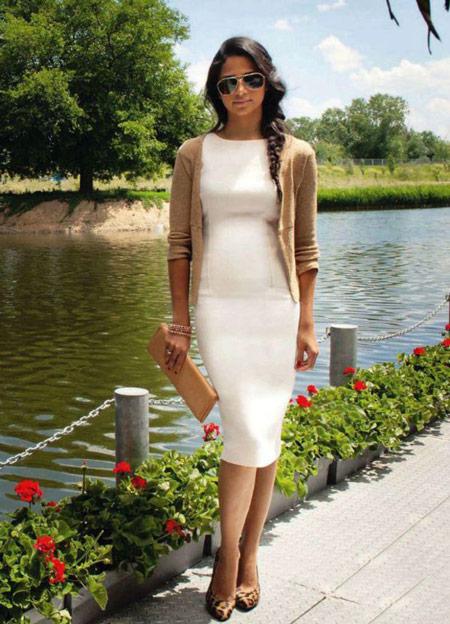 Девушка в белом платье и кардигане