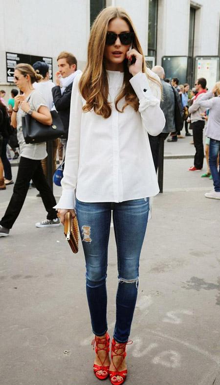 Девушка в белой блузке и джинсах