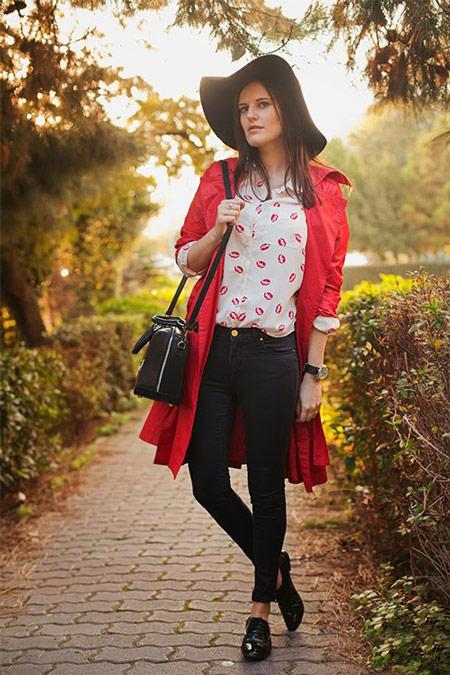 Девушка в белой блузке и красном плаще