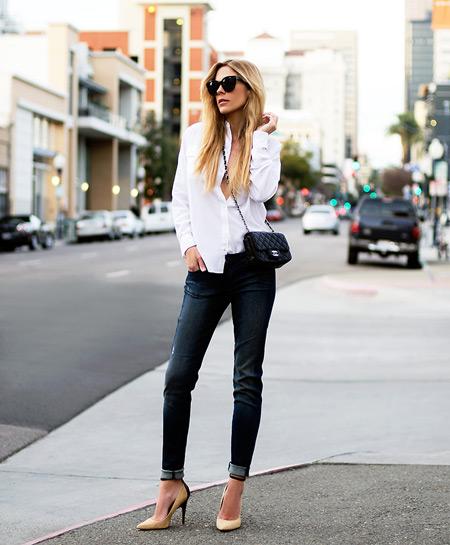 Девушка в белой блузке и темных скинни