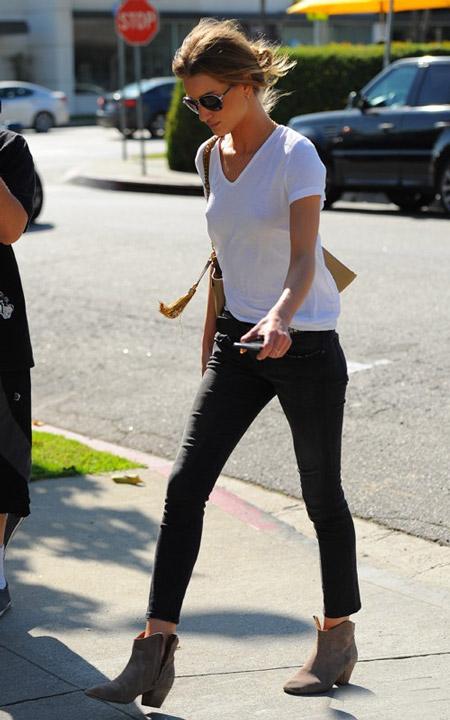 Девушка в белой футболке и узких брюках