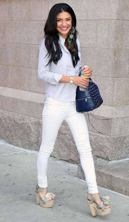 Девушка в белых брюках и голубой рубашке