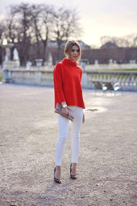 Красная водолазка отлично сочетается с белыми брюками