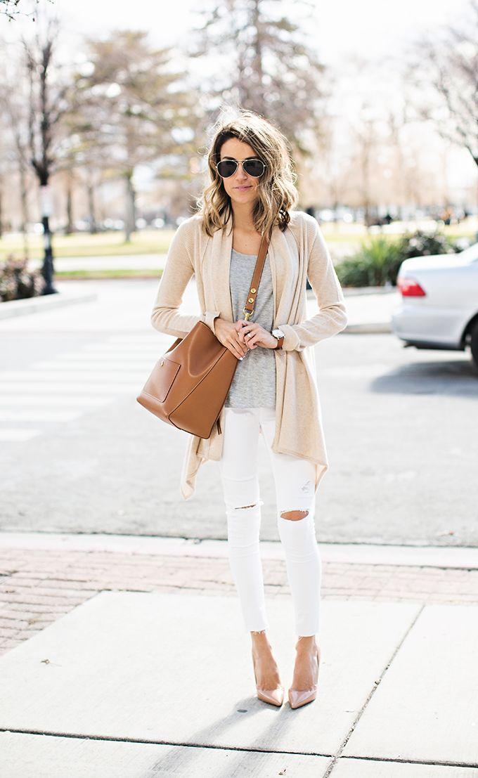 Девушка в белых джинсах и бежевом кардигане