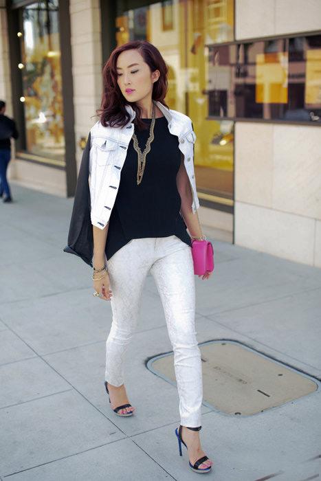 Девушка в белых узких брюках