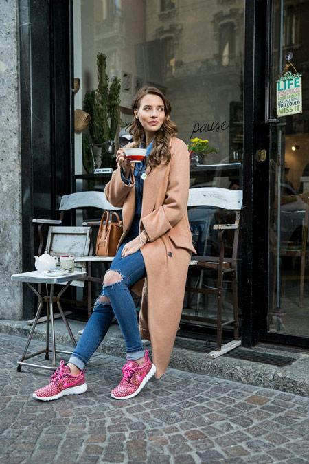 Девушка в бежевом пальто и кроссовках