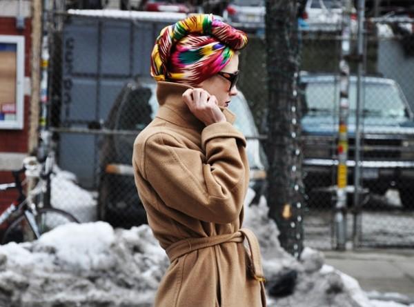 Девушка в бежевом пальто и платке