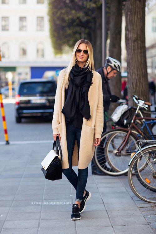 Девушка в бежевом пальто и скинни