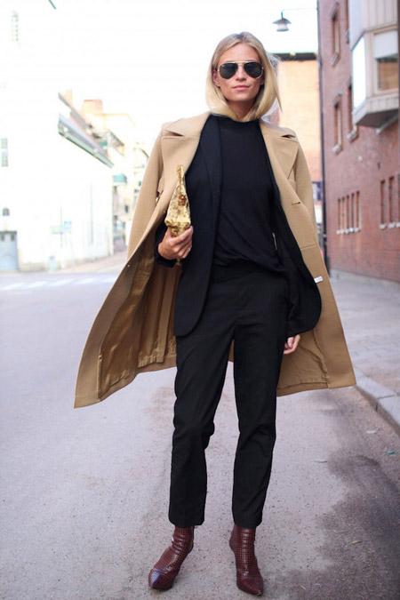 Девушка в бежевом пальто и узких брюках