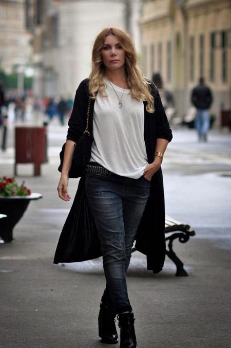 Девушка в блузке и черном кардигане