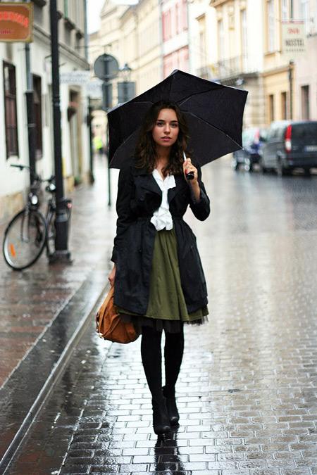 Девушка в болотной юбке и черном плаще