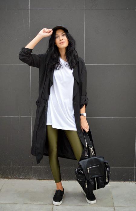 Девушка в болотных брюках и черном плаще