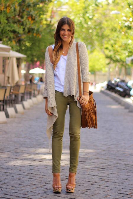 Девушка в болотных джинсах и кардигане