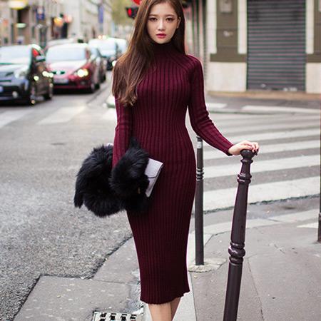 Девушка в бордовом платье-водолазке