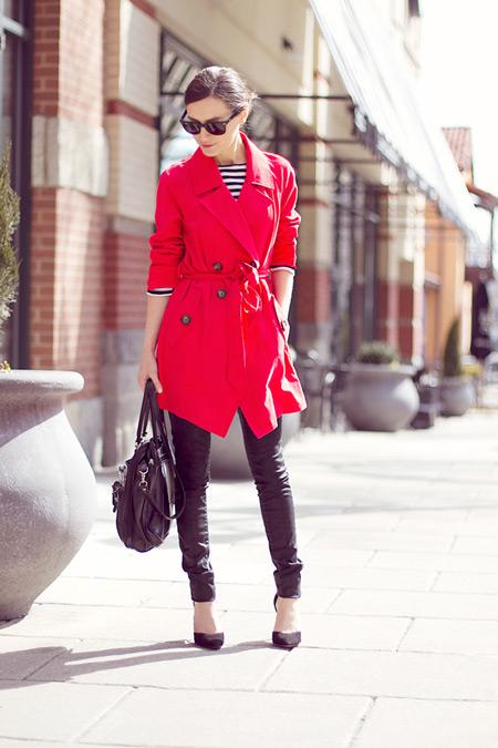 Девушка в брюках и красном плаще