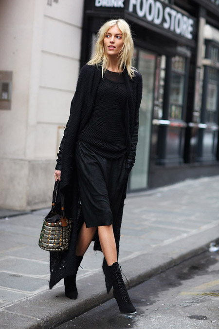 Девушка в черном кардигане и юбке
