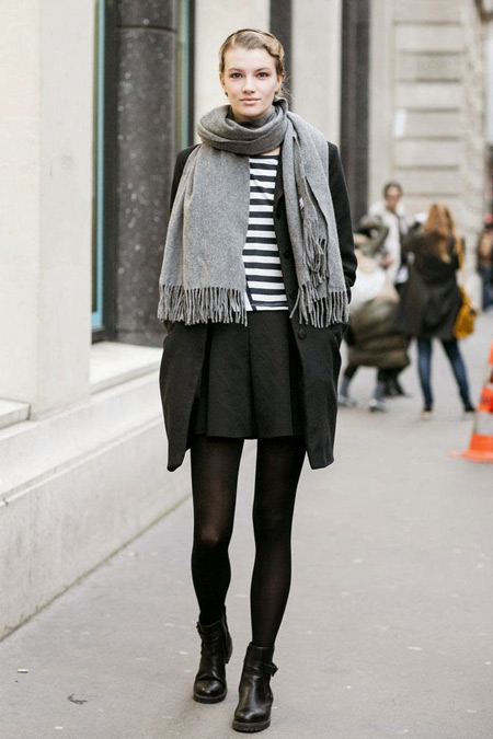 Девушка в черном плаще и шарфе
