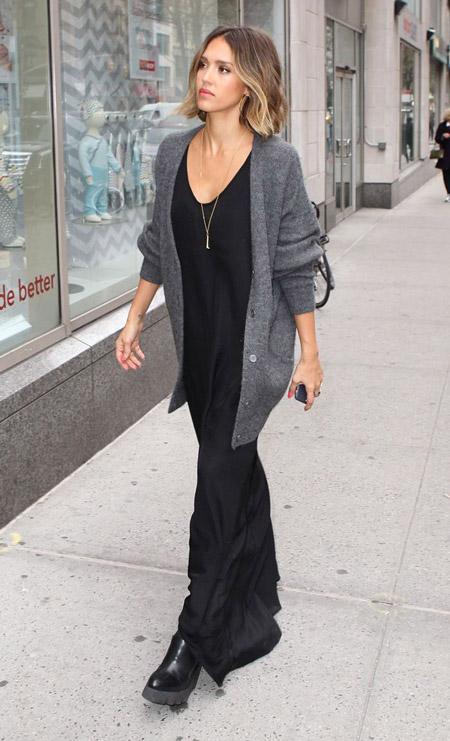 Джессика Альба в черном платье и сером кардигане