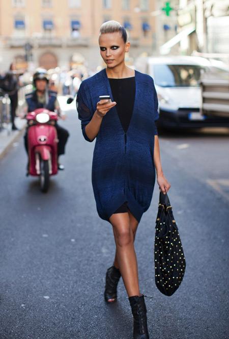 Девушка в черном платье и синем кардигане